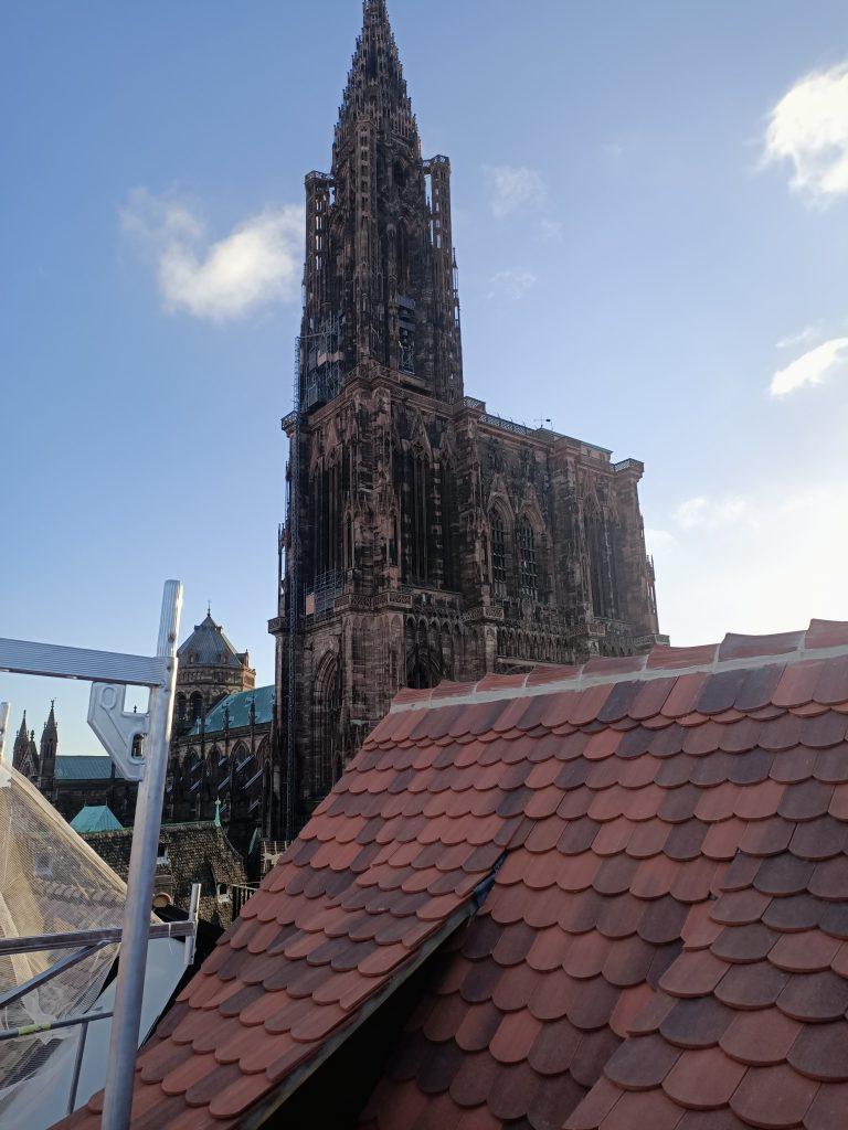 Cathédrale de strasbourg vue d'un toit en tuile plate